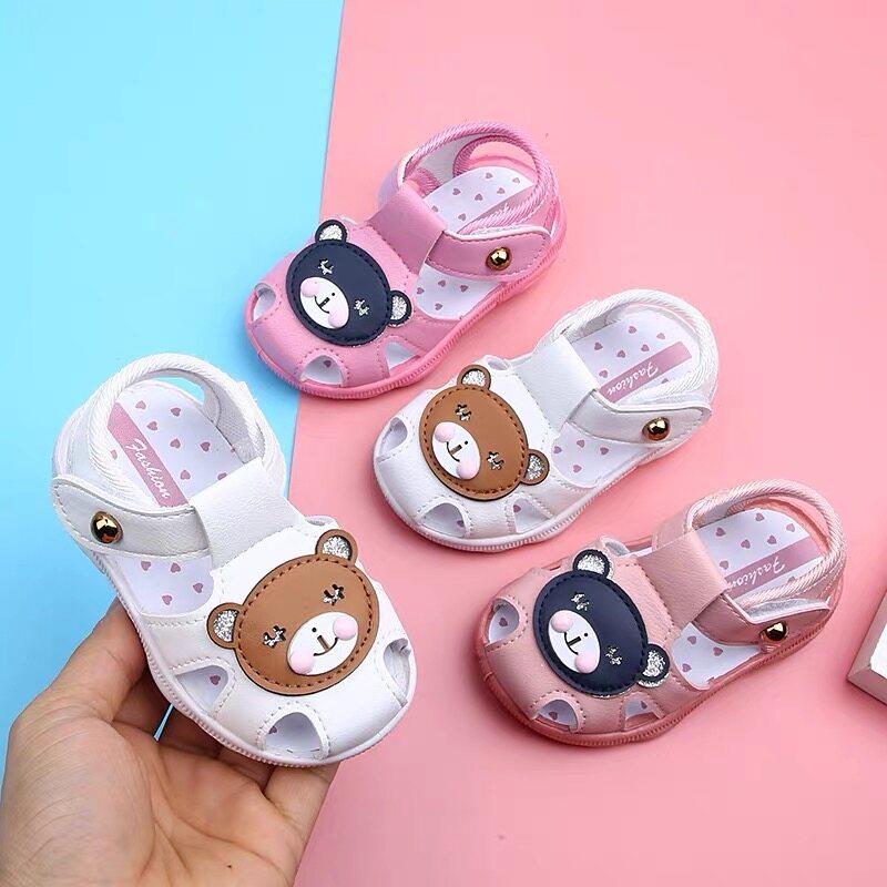 Baby Nong พร้อมส่งจากไทย! ฤดูร้อนรองเท้าเด็กการ์ตูนเวอร์ชั่น เวลาเดินมีเสียง ลายหมี 3สี รองเท้าเด็กด้านล่างนุ่ม รองเท้าเด็กวัยหัดเดิน.