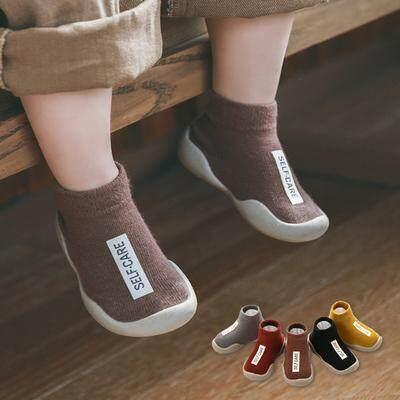 """รองเท้าเด็ก รองเท้าหัดเดิน """"ถุงเท้าหัดเดิน"""" พื้นซิลิโคนกันลื่น แฟชั่นตัวอักษร 5สีสดใสแดง,เหลือง,กาแฟ,เทา,ดำ.สำหรับแรกเกิดถึง3ปี A1"""