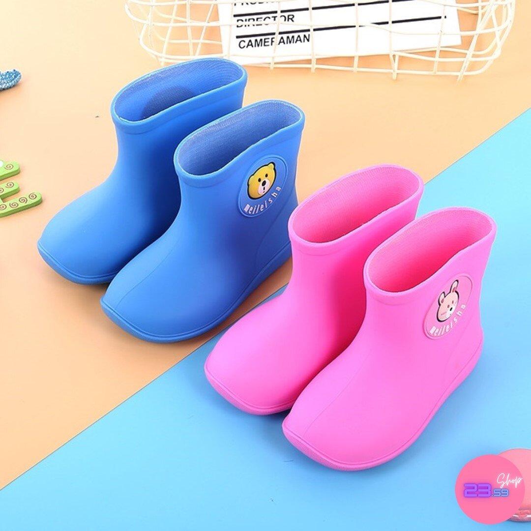 รองเท้าบูทยางสำหรับเด็ก แต่งหน้าการ์ตูนเล็กๆ.