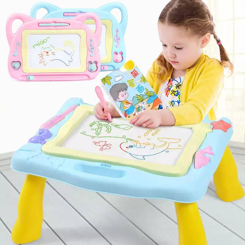 กระดานวาดภาพแม่เหล็กขนาดใหญ่ Erasable วาดกระดานเส้นขยุกขยิกของเล่นพร้อมขาตั้งพับน่ารักแสตมป์, การเขียนร่างวาดเส้นขยุกขยิก Pad สำหรับเด็กวัยหัดเดินเด็กสาวของขวัญวันเกิด กระดานเขียนลบได้ กระดานแม่เหล็ก4สี กระดานวาดรูป ของเล่นเด็ก เสริมพัฒนาการ.