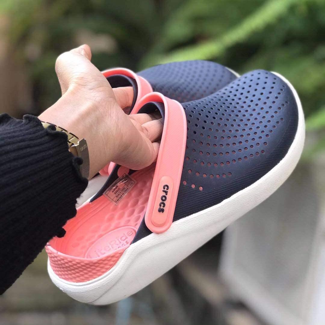 รองเท้าเเตะ Crocs Lite Ride ผลิตจากยางอย่างดี นิ่ม เบาไม่ลื่นใส่สะอาดเท้า.