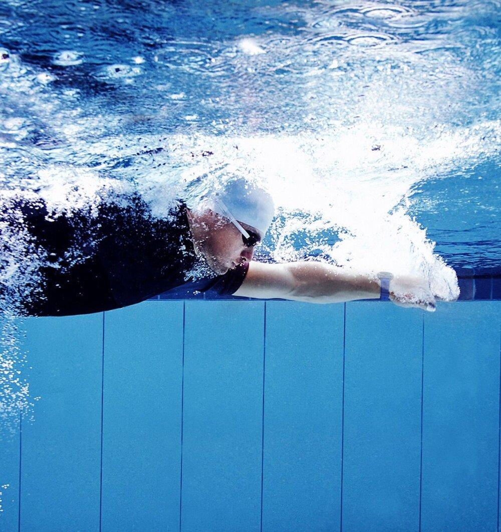 ภาพผู้ชายว่ายน้ำในสระขณะที่สวม Gear Sport