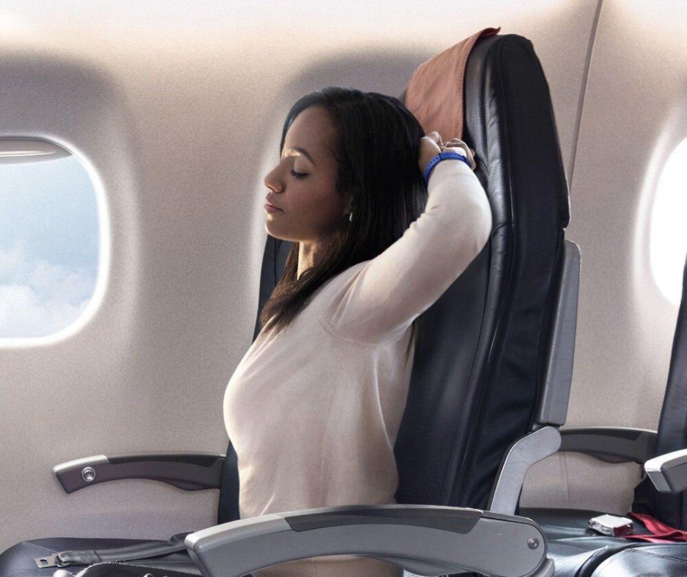 ภาพผู้หญิงยืดเส้นยืดสายขณะที่นั่งอยู่บนเครื่องบิน